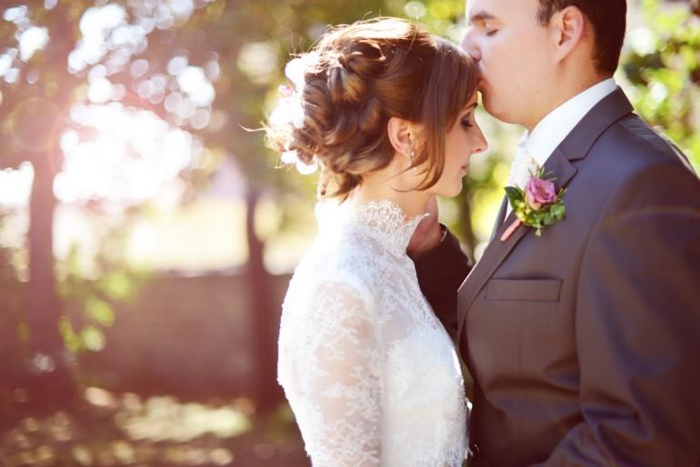 Valódi Esküvő – Szellőrózsa, lila kála és orchidea bűvöletében