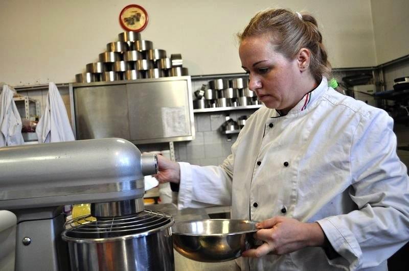 Porcukorból és némi citromléből készül a glazúr amit a stencilezési technikánál alkalmaznak.