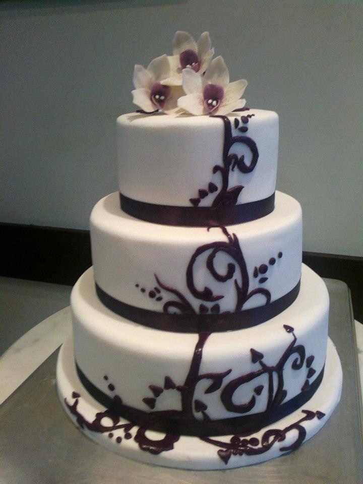 Orchidea díszítés esküvői tortára