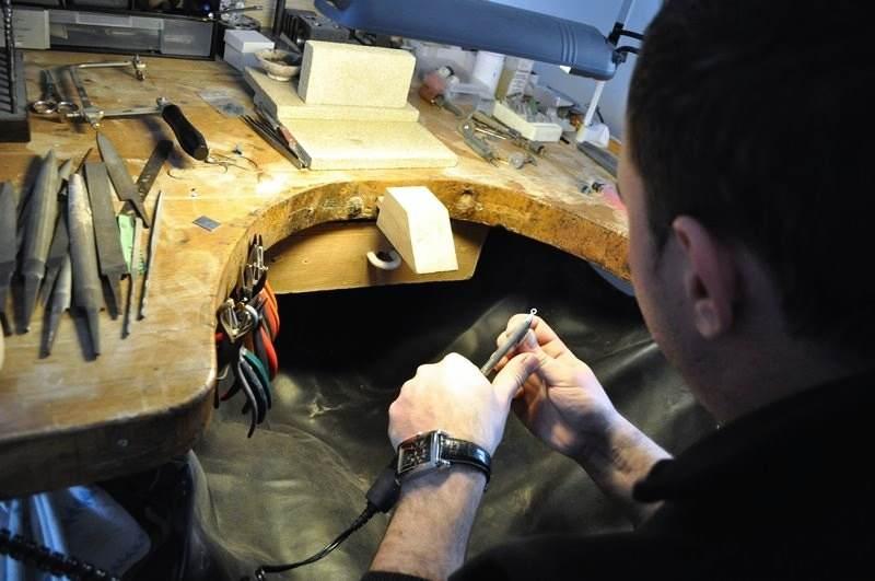 Éppen egy ezüst medál polírozása zajlik az ékszerész műhelyében