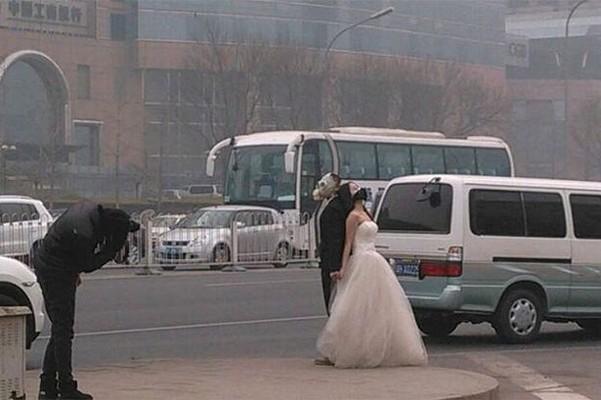 Esküvői fotó gázmaszkban