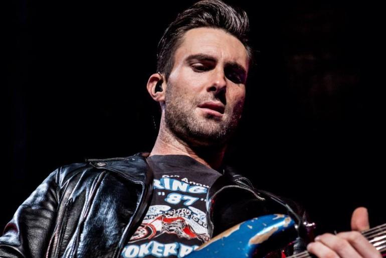 Bekötötték a Maroon 5 énekesének fejét