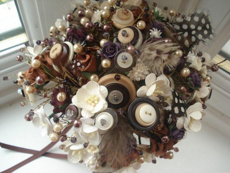 Menyasszonyi csokor gombokból és gyöngyökből