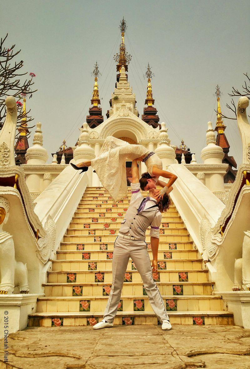 Világkörüli esküvő akrobata módra