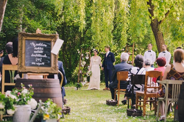 Esküvő vadregényes, rusztikus környezetben