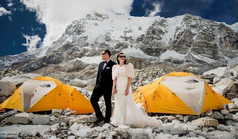 Ez a pár a Mount Everesten akart egybekelni és meg is tették