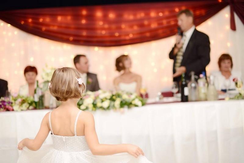 Tószt mondása az esküvőn