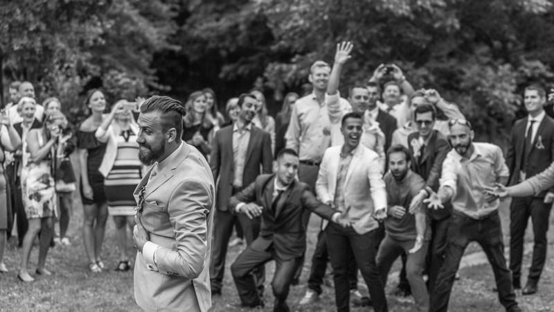 harisnyakötő dobás - esküvő vintage