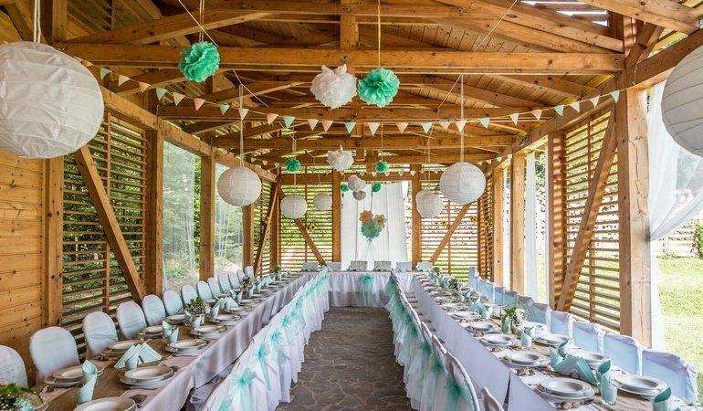 Rusztikus mesebeli erdei esküvő egy csodás szaletliben